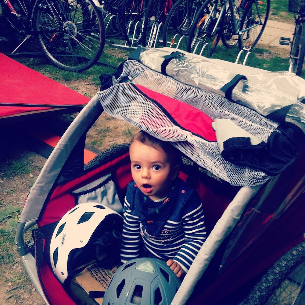 Sebastiano sul suo carrellino bici per bambini